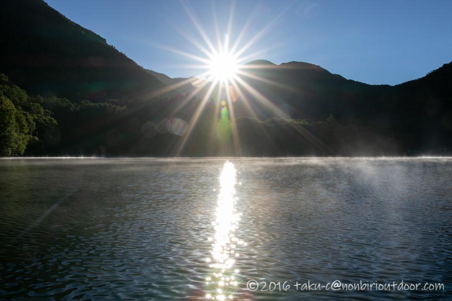 菅沼湖上からの朝日