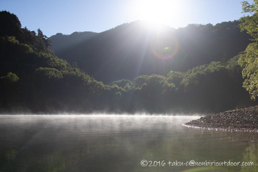 菅沼湖上に出た霧