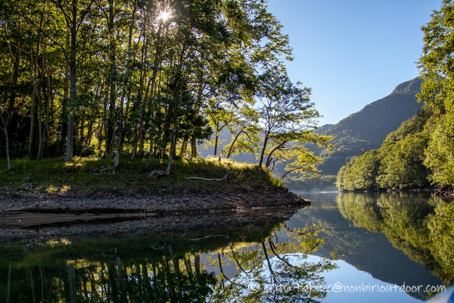 カヤックで朝の菅沼を散策