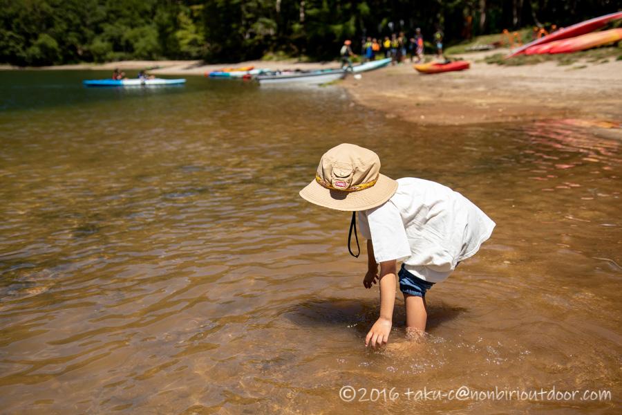 菅沼湖畔で遊ぶ子ども