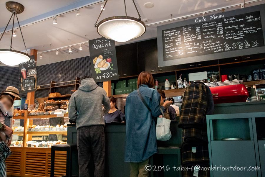 ベーカリー&レストラン沢村の軽井沢ハルニレテラス店でパンを買う