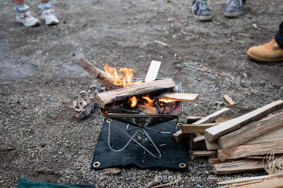 ライジングフィールド軽井沢でスノーピークの焚火台Sで焚き火を楽しむ