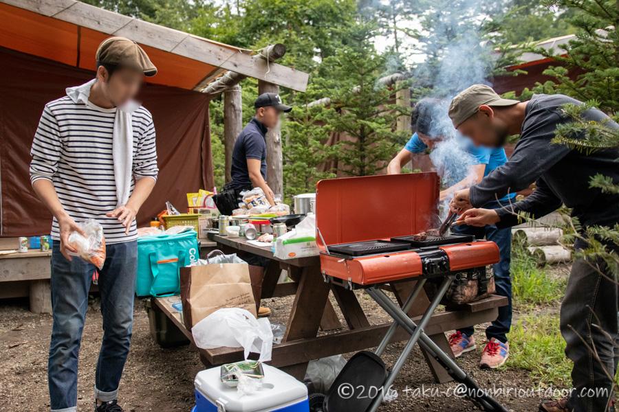 ライジングフィールド軽井沢で夕飯のBBQの準備