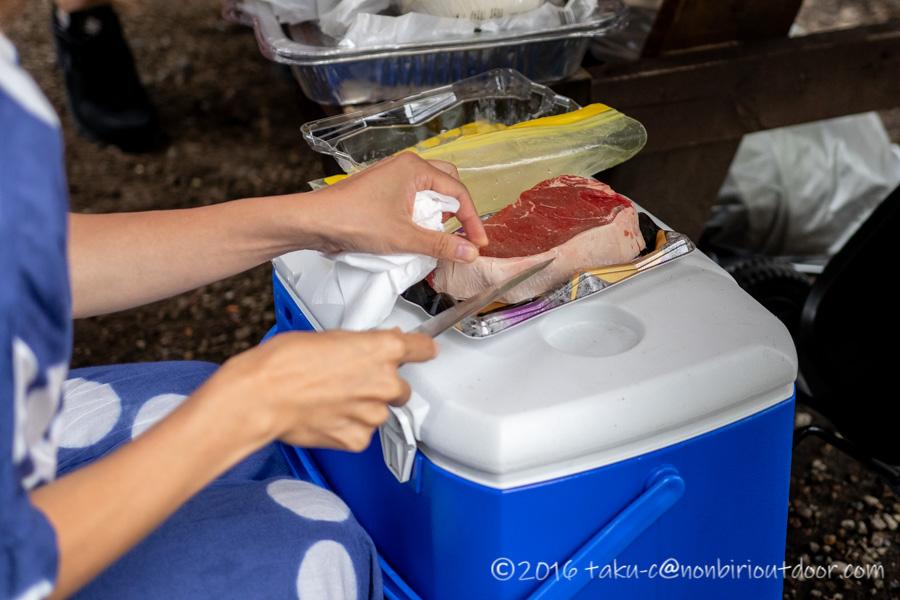 ライジングフィールド軽井沢のタタンカプレミアムでBBQのステーキ