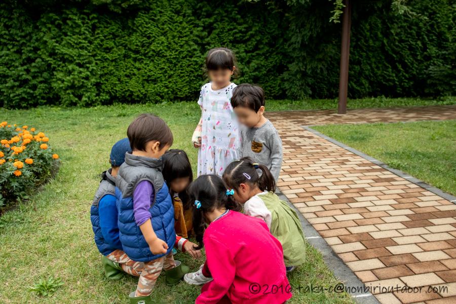 軽井沢の旧軽井沢銀座通りの帰り道で遊ぶ