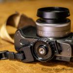 NinjaストラップとHAKUBAグリップストラップでレンズを下向きにしてカメラを持ち運ぶ。