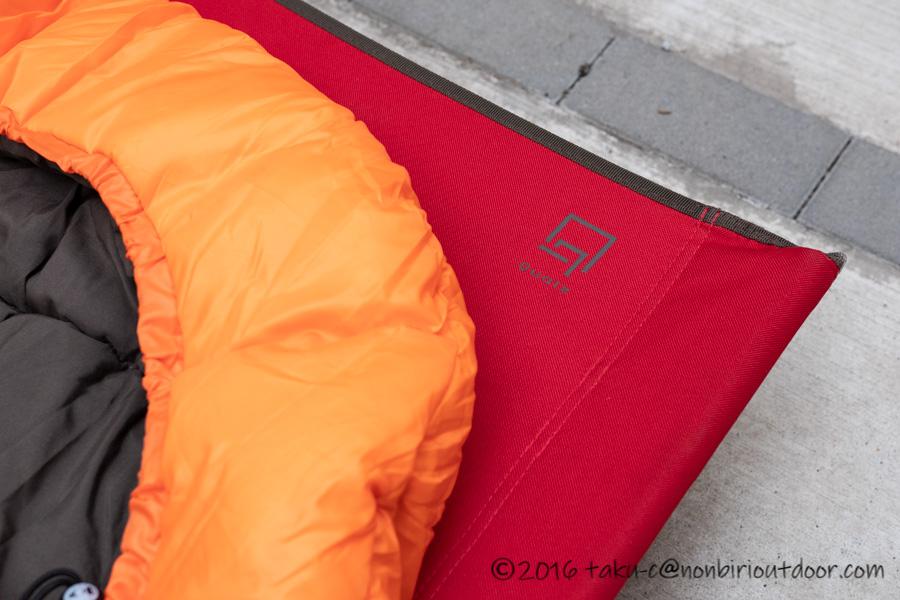 コストコ寝袋のコールマンRealtree Xtra Camo MUMMY SLEEPING BAGをクオルツのコットの上に乗せる