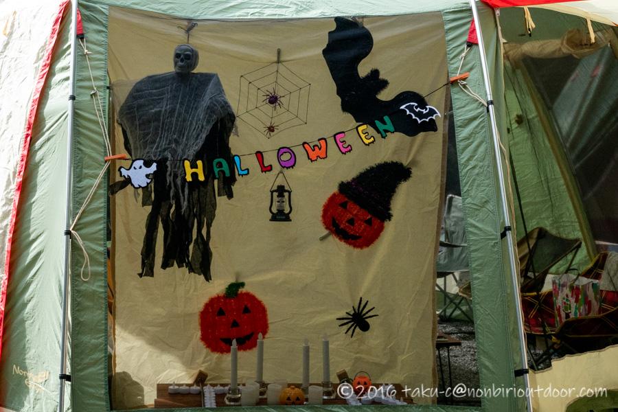 ハロウィンキャンプの飾り付けの準備をする