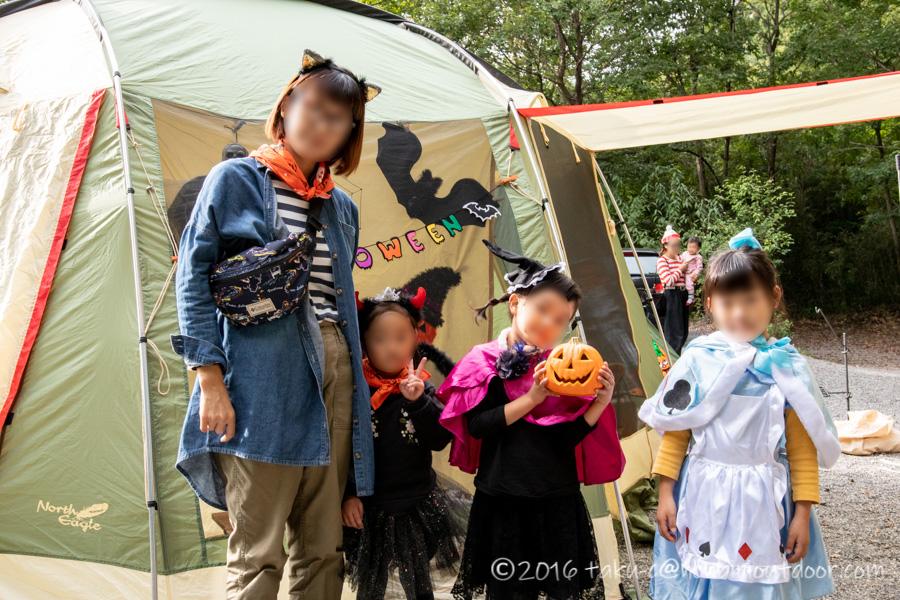 ハロウィンキャンプの仮装の準備をする