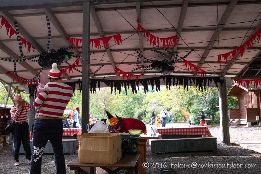 ハロウィンキャンプでパンプキンランプを作る会場