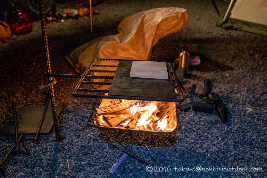 スノーピーク焚き火Sと焚き火ハンガーと岩塩プレート