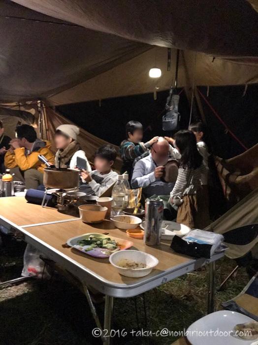 富士山YMCAで行われた第2回ナチュログ写真部合同合宿の宴会で子どもに襲われる