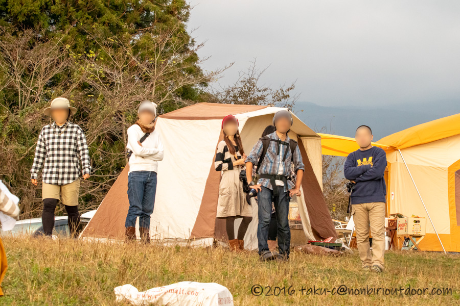 富士山YMCAで行われた子供向けオリエンテーリングを見守る保護者