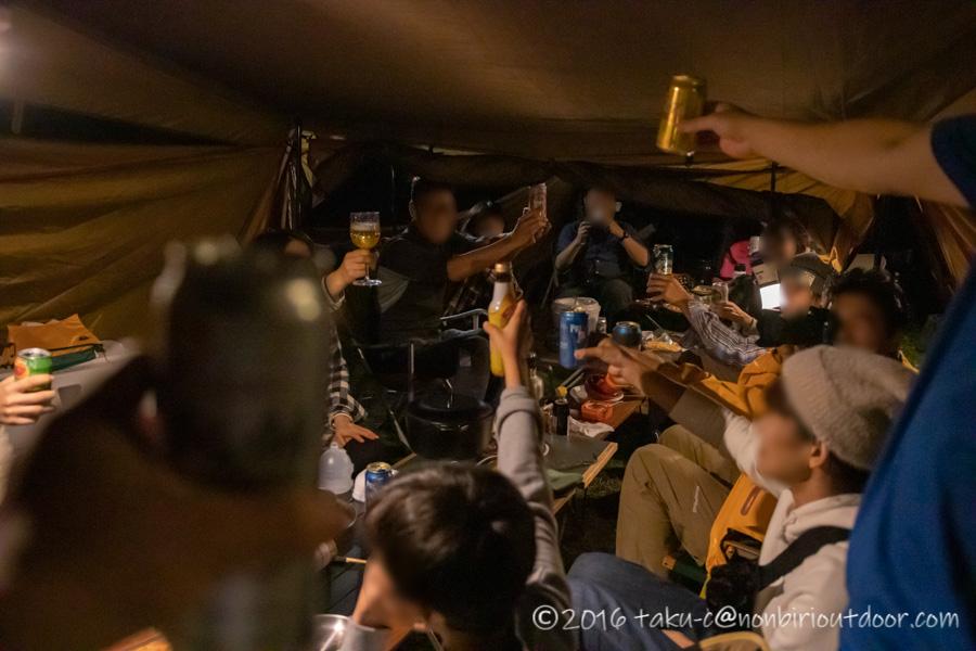 富士山YMCAで行われた第2回ナチュログ写真部合同合宿の乾杯風景