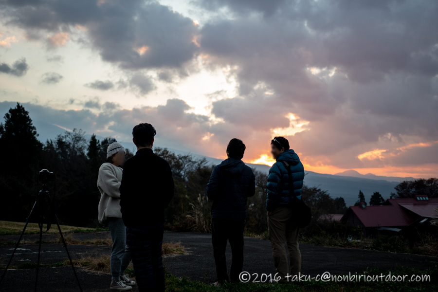 富士山YMCAのヘリポートで日の出を待つ