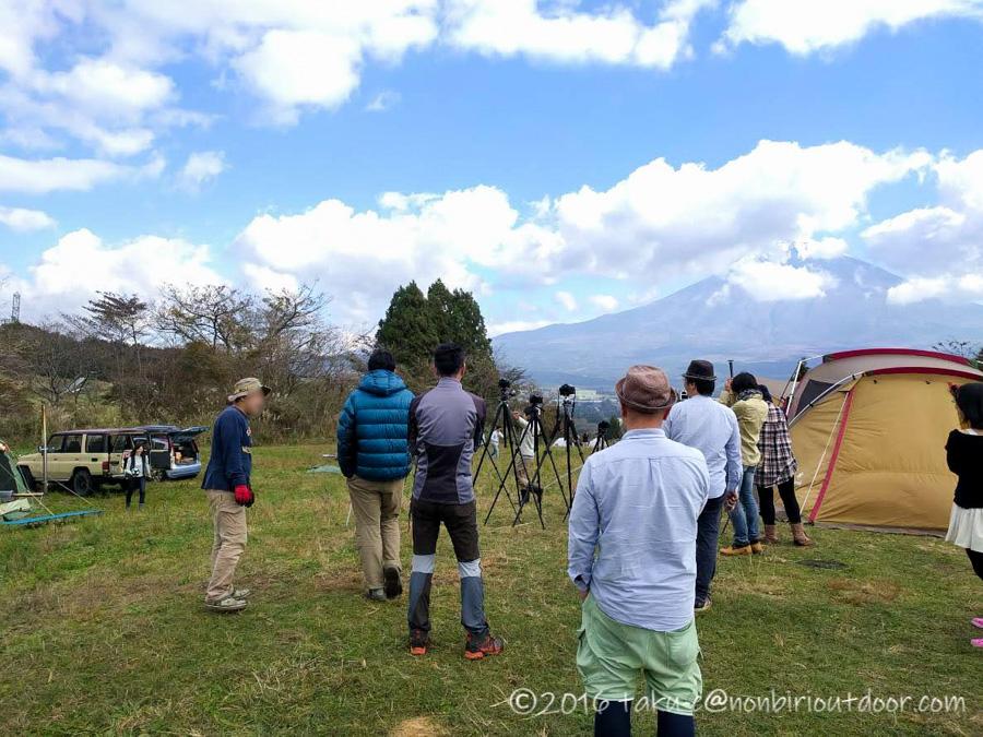 富士山YMCAで行われた第2回ナチュログ写真部合同合宿の集合写真の準備
