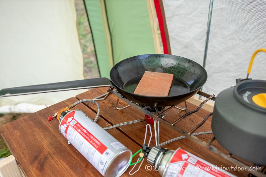 富士山YMCAの昼ごはんを岩塩プレートで焼く