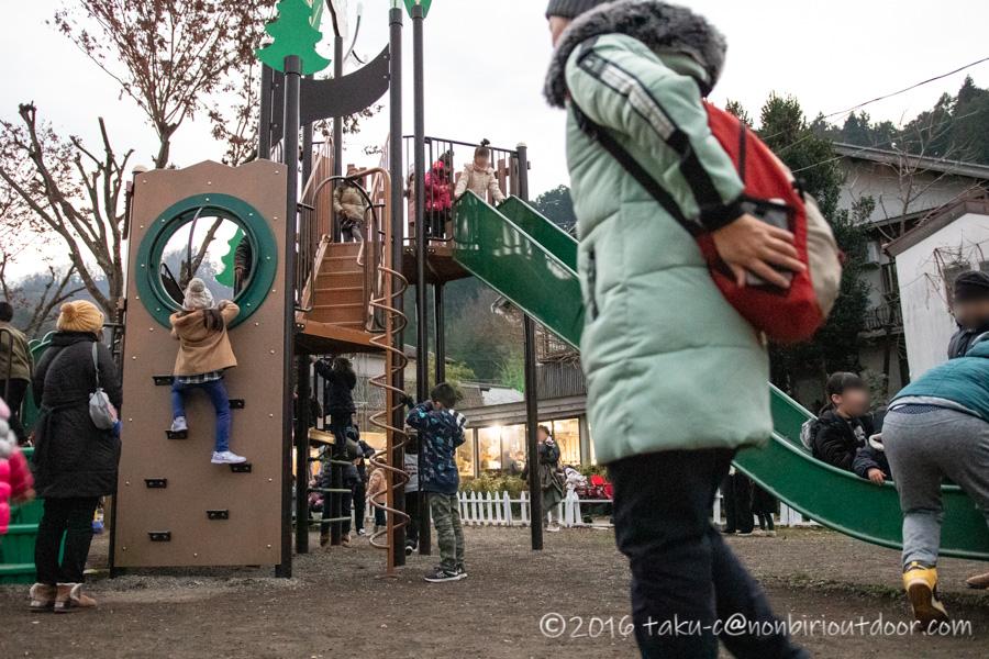 宮ヶ瀬湖のイルミネーション点灯前に遊具で遊ぶ