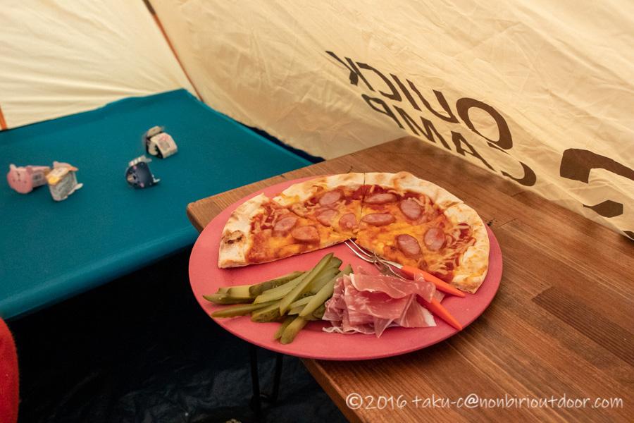 クリスマスキャンプのお昼はピザ