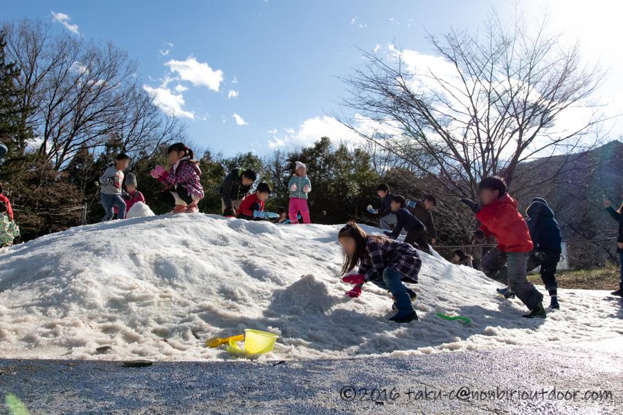 相模原プレジャーフォレストにあるスノーパラダイスのちびっこ雪遊び山