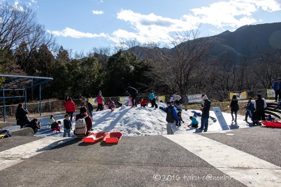 さがみ湖プレジャーフォレストにあるスノーパラダイスのちびっこ雪遊び山