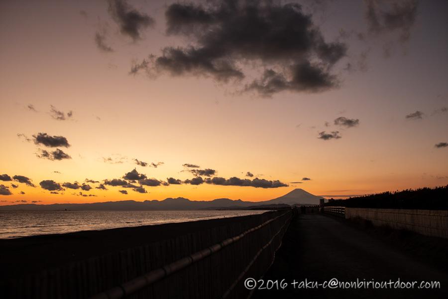 辻堂海水浴場で初日の入り後の夕焼け