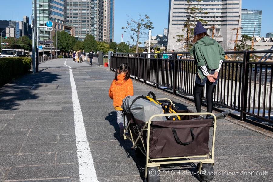 第37回横浜縦断カヌーフェスティバルに参加するためにカヤックの準備に向かう