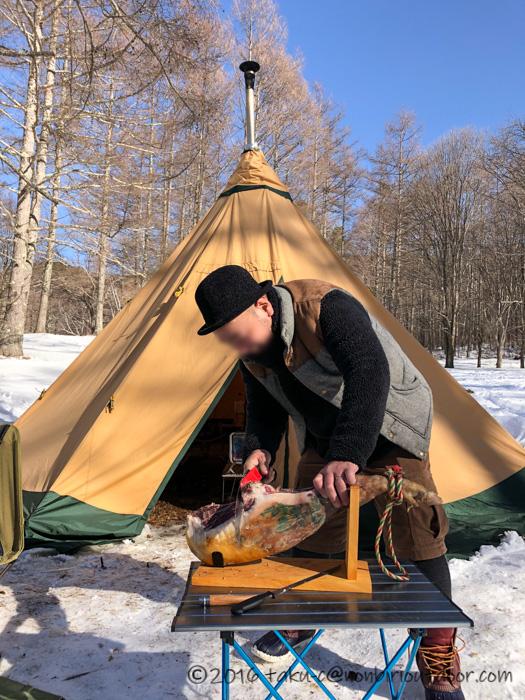 五光牧場オートキャンプ場の雪中キャンプで生ハムの原木を解体