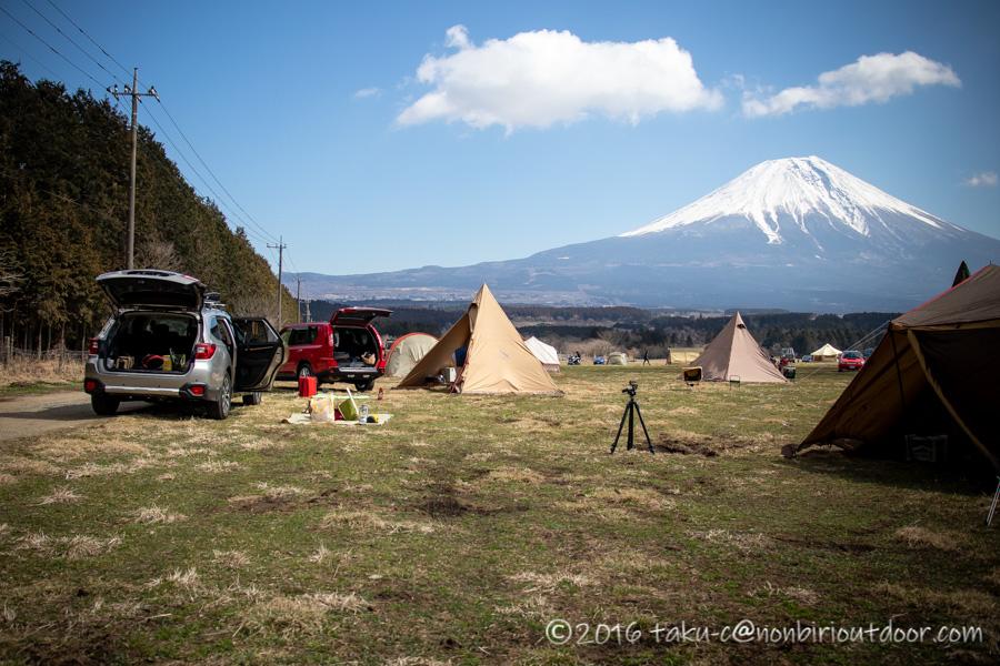 ふもとっぱらでダイヤモンド富士キャンプの設営中