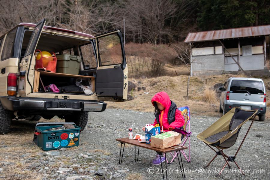 某県某所の野営地でお昼にマクドナルド