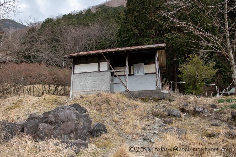 某県某所の野営地のトイレ