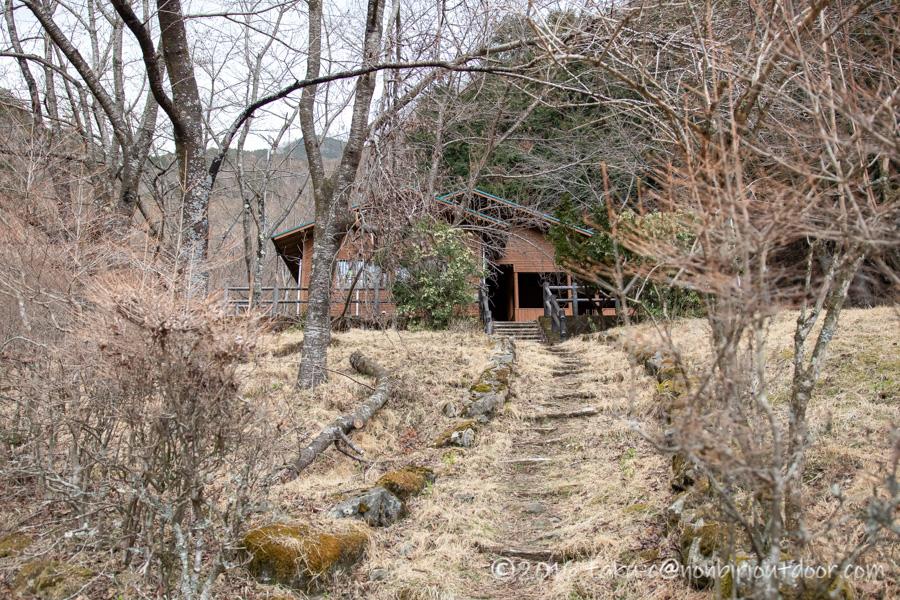 某県某所の野営地の山小屋