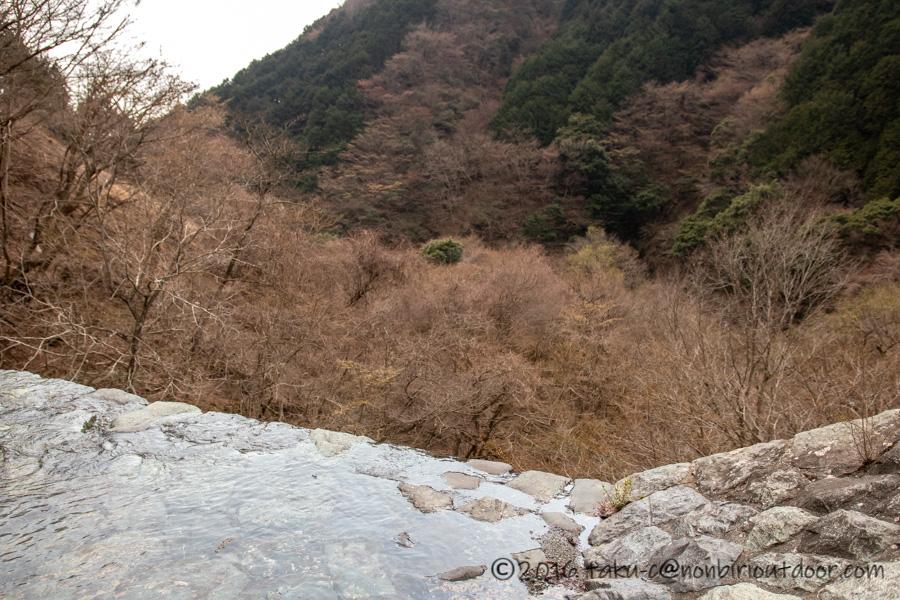 某県某所の野営地で崖