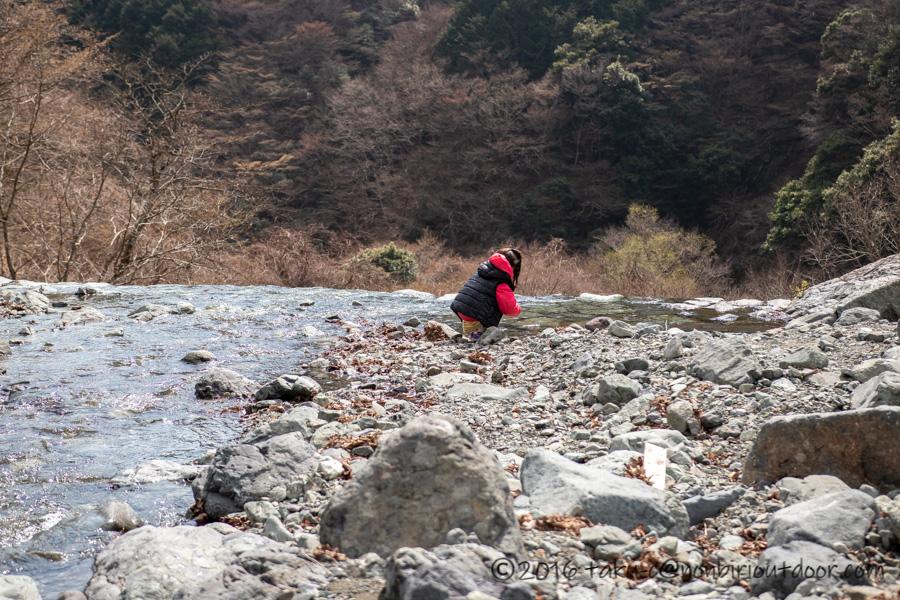 某県某所の野営地で川遊び