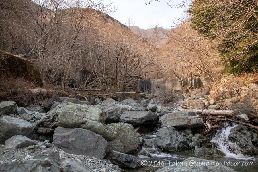 某県某所の野営地の河原の風景