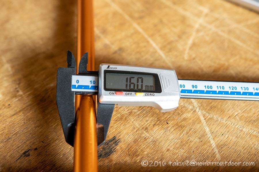 テントのポール折れの修理中でサイズを測る