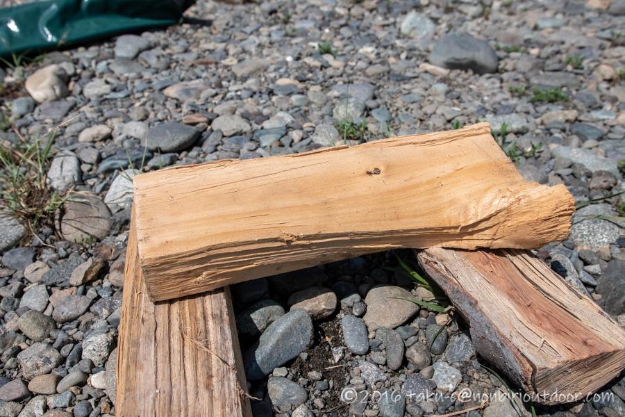 のこぎりのサムライ210mmの万能刃で薪を切る