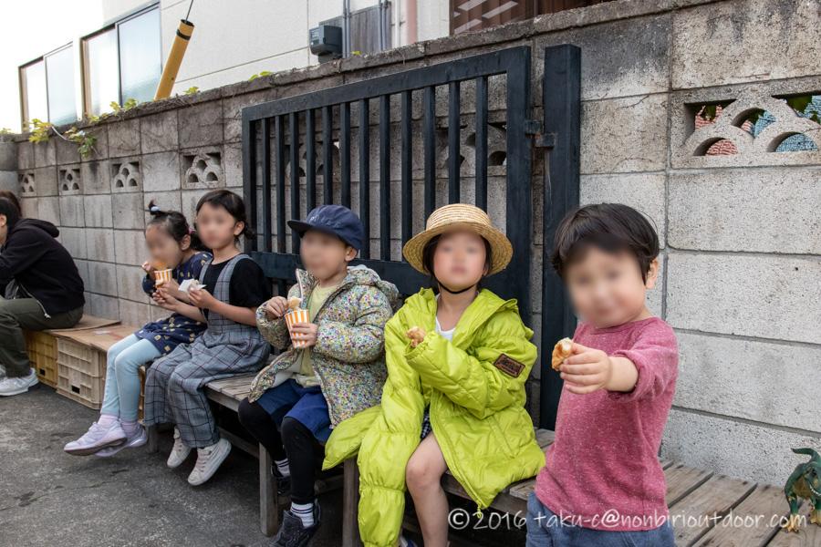 益子陶器市で出店で唐揚げを食べる