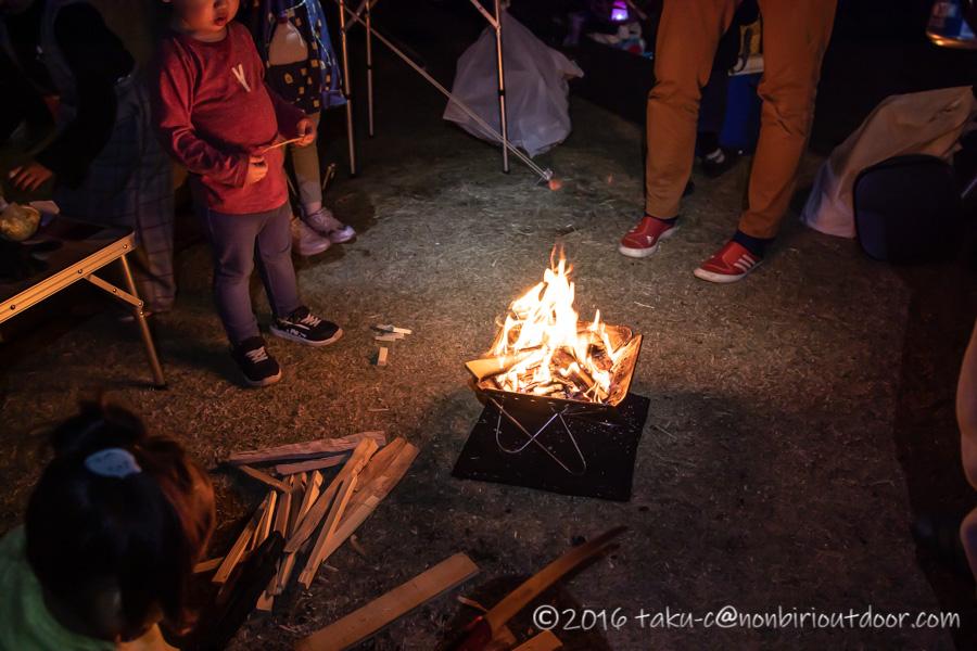 鷲の巣キャンプ場で焚き火をする
