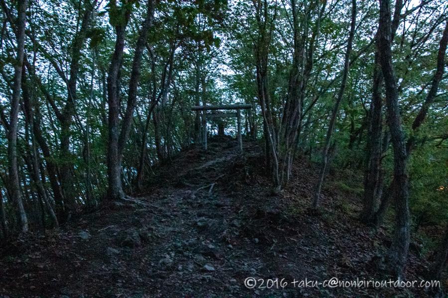 茂木町の鎌倉山展望台へ向かう途中の鳥居