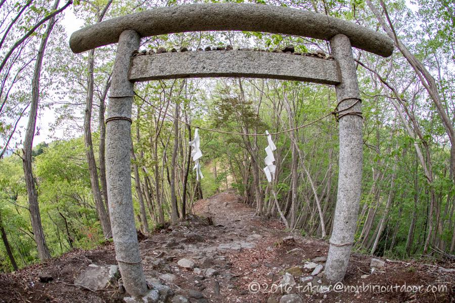 茂木町の鎌倉山展望台から菅原神社への鳥居