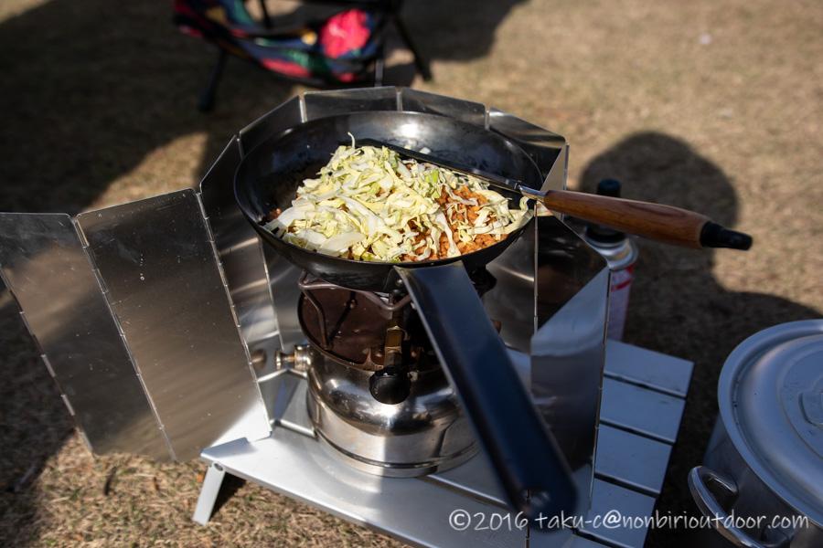 キャンプの朝食は冷凍チャーハンにキャベツ