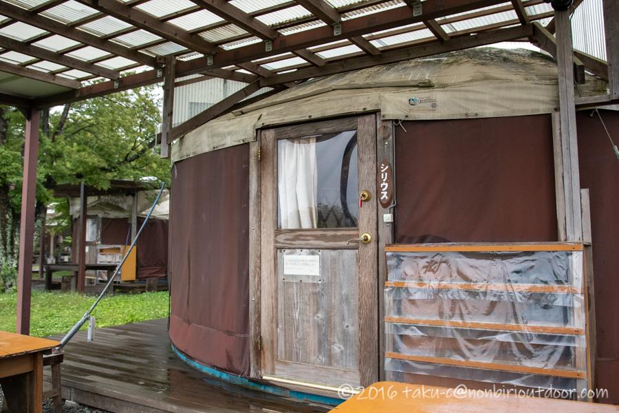 ときがわ町の星と緑の創造センターの宿泊施設のパオの入口