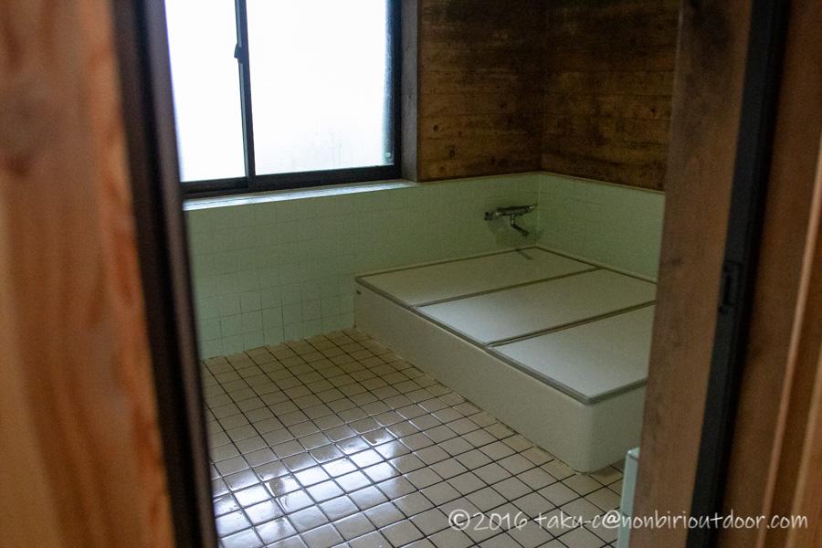 ときがわ町の星と緑の創造センターのログハウスのお風呂