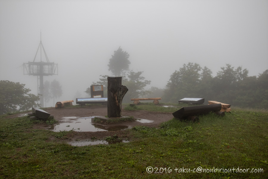 ときがわ町の星と緑の創造センターの堂平山からの霧の展望