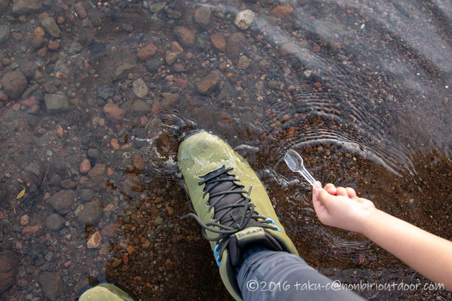 Hi-TECのトレッキングシューズのアオラギ クラシックで水の中に入ってみた