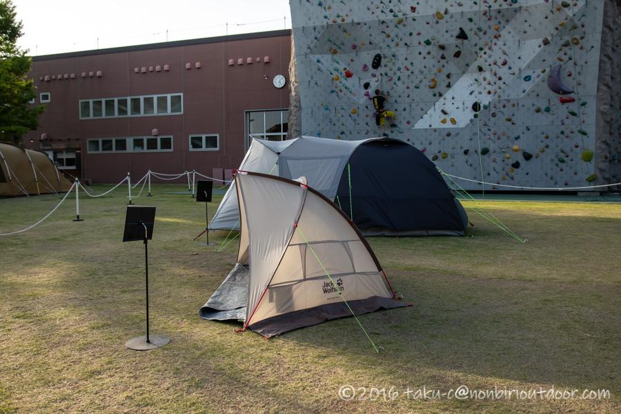 モリパーク アウトドアヴィレッジのクライミングウォール前でテントの展示中