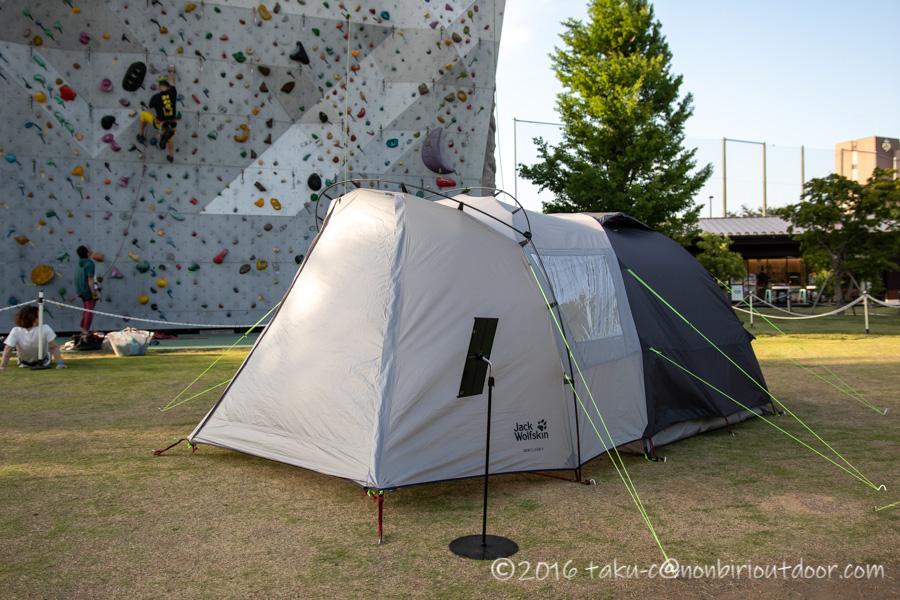 モリパーク アウトドアヴィレッジのクライミングウォール前でjack wolfskinのテントの展示中