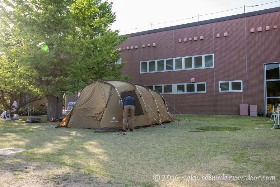 モリパーク アウトドアヴィレッジのクライミングウォール前でSNOW PEAKのテントの展示中