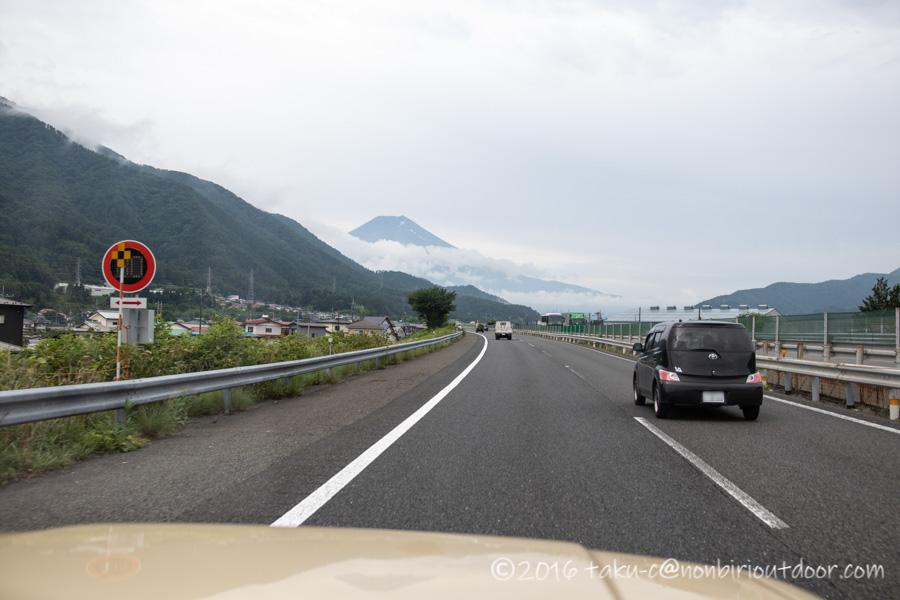 西湖湖畔キャンプ場に向かう途中の富士山